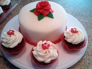 Red Velvet Kake and Kupcake Combo